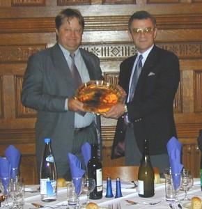 """Don G3BJ, Presidente da RSGB presenteia o troféu """"Harold Rose"""" para Peter, PY5CC"""